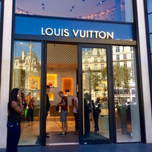 Фасад магазина Louis Vuitton в Париже
